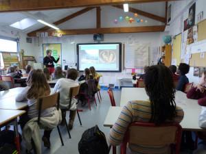 L'équipe pédagogique en classe. Copyright ACF